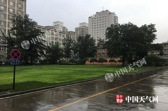 今天清早,北京降雨仍未停歇,道路湿滑。