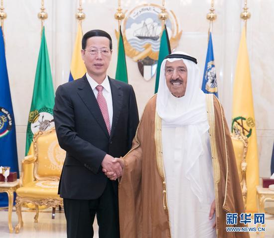 8月22日,应邀拜访科威特的中共中心政治局常委、国务院副总理张高丽在科威特城会面科威特埃米尔萨巴赫。 新华社记者 王晔 摄