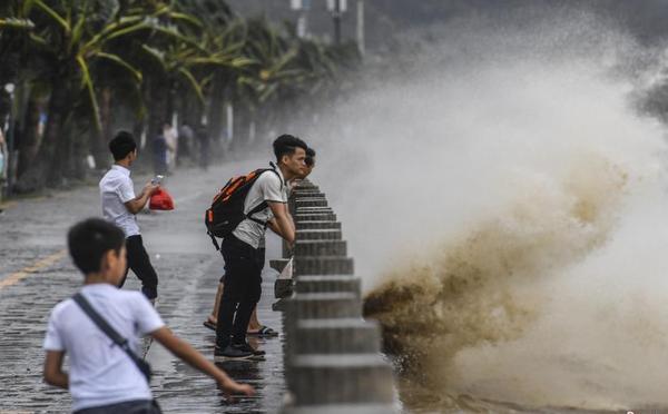 """强台风""""天鸽""""携狂风暴雨登陆珠海"""