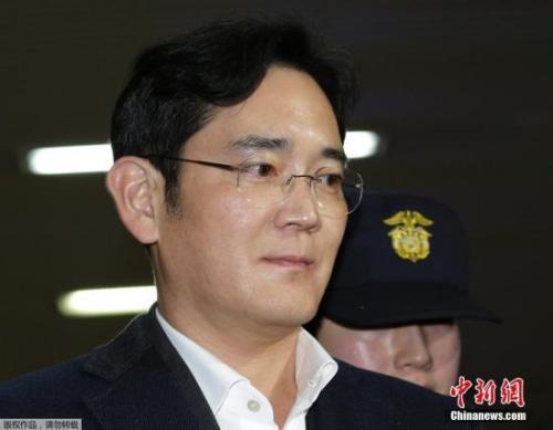 资料图:当地时间2月22日,韩国三星电子副会长李在镕被押往位于首尔的特检组办公室接受问讯。