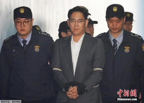 当地时间2017年4月7日,三星副会长李在镕首次出席庭审。