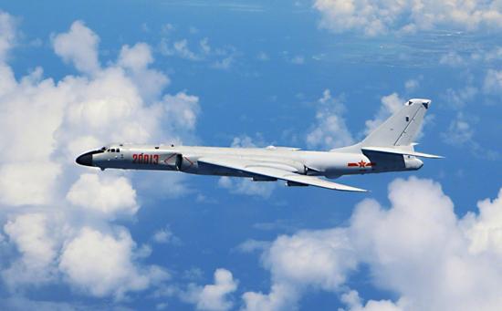 我军轰炸机飞越宫古海峡