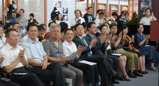 出席活动的各界来宾对签约仪式给予了充分肯定和高度称赞 田洪江摄