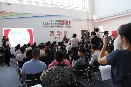 """中国摄影著作权协会、人民教育出版社《教科书""""法定许可""""使用费收转协议》签约仪式在中国国际展览中心新馆举行。 邢光明摄影"""