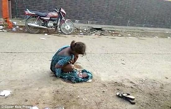 第二天的凌晨5点,女孩在路边生下一名女婴,距离医院只有30米远。