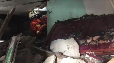 消防员钻入瓦砾堆中搜救 屋内满是石头木板