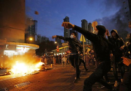 图为旺角暴乱期间,暴徒扔砖袭击执勤警员(图源:香港大公网)