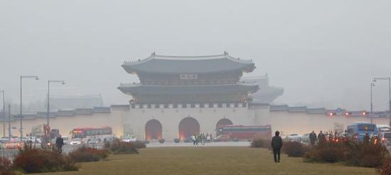资料图片:雾霾笼罩韩国首尔的景福宫 新华社记者姚琪琳摄