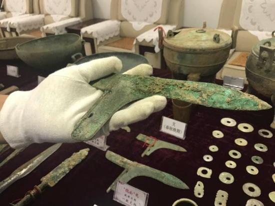 """民警展示被盗掘的国家一级文物""""倪公戈""""。本文图片均来自澎湃新闻记者 邢丙银"""