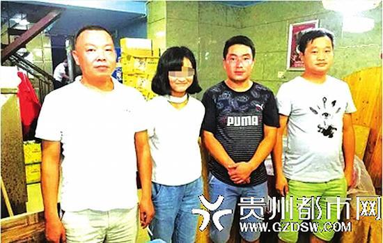 张兴云与解救她的家乡民警在南昌。 受访者供图