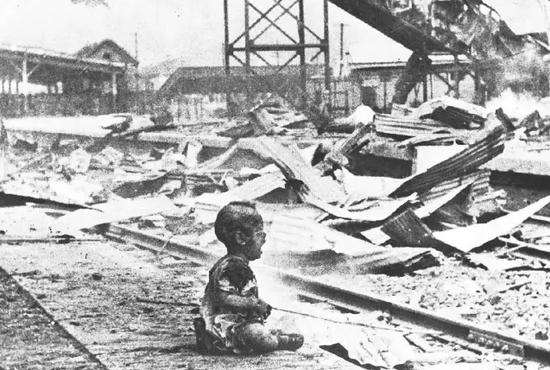1937年8月28日,日军轰炸上海南站,炸逝世候车妇孺200余名,一个浑身是血的幼儿声泪俱下。