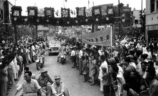 1945年9月3日,重庆陌头,大众欢庆抗克服利