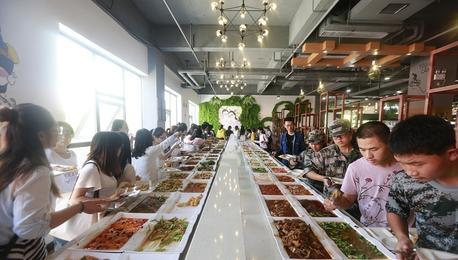 郑州一大学现最豪华自助餐 88个菜任性吃