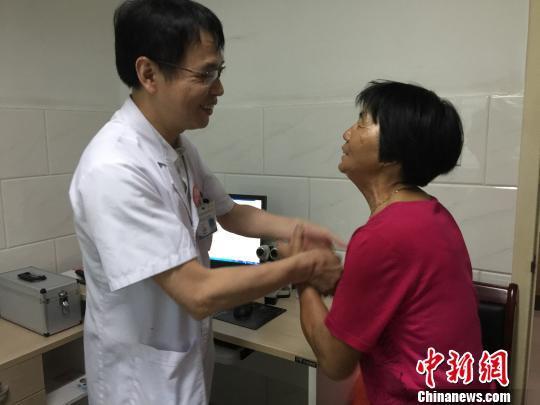 """患者向拒收""""红包""""的晋江市病院眼科大夫林水龙表白谢意。 牛效礼 摄"""