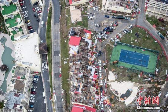 """当地时间9月6日,飓风""""艾尔玛""""过境圣马丁岛后,岛上一片狼藉。""""艾尔玛""""的最大持续风速为每小时185英里(300公里),预计将在9日或10日抵达佛罗里达,将成为两周内袭击美国本土的第二个大型飓风。图为被飓风袭击后的建筑一片狼藉。"""