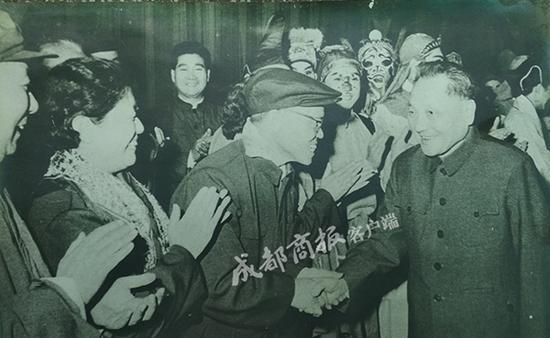 邓小平同道访问杨淑英(左二)等人。