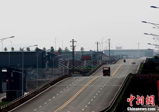 9月7日,重庆巴南界石现波浪形公路,路过的司机称有腾空的感觉很刺激。 中新网 图