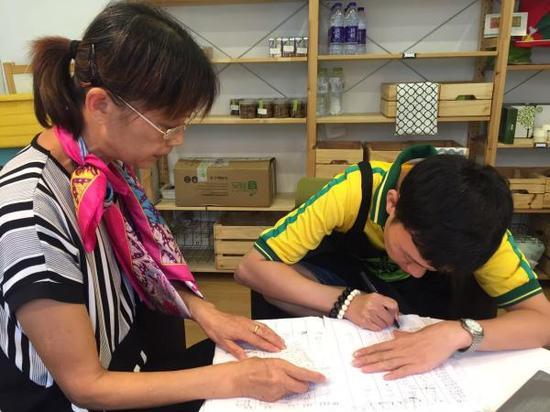 王正平在母亲指导下结算营业款。 本文图均为 澎湃新闻记者 姚似璐 图