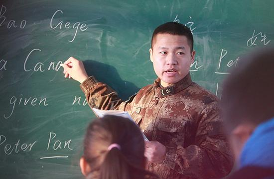 """2015年12月,黑龙江漠河,一大早,""""兵""""老师葛洪霖准时站在北红小学三年级的讲台上。 视觉中国 资料图"""