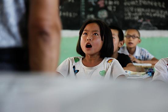 手术后刚能自由行动的陈老师就主动要求回学校上课。 视觉中国 资料图