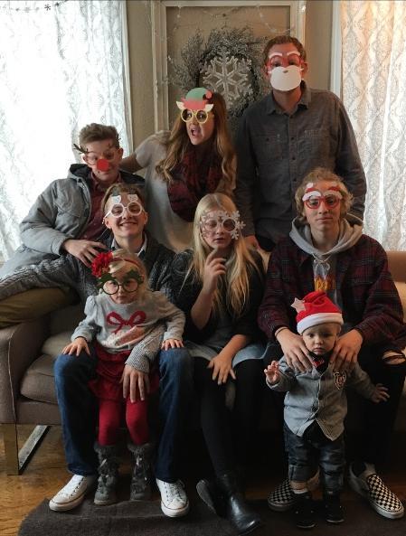 德克莱恩一家在众筹网站上发布的全家福,后排中间为凯利·德克莱恩