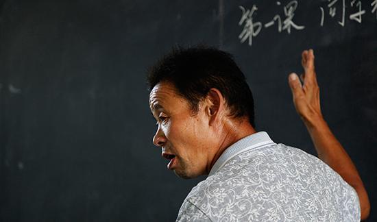 陈建民在课堂上给学生讲课。 视觉中国 资料图