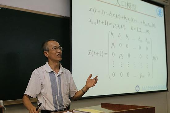 周义仓教学在讲堂上。 视觉中国 图