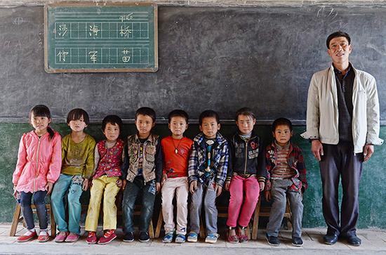 2016年5月20日,代课教师杨军成跟他的8逻辑学生。 视觉中国 材料图