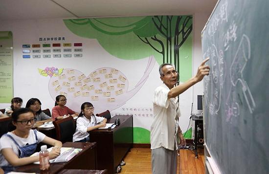 2017年7月23日,退休教师关�u为初一学生上物理课。 东方IC 资料图