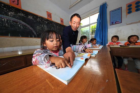 杨绍书正在教学生读汉字。 视觉中国 资料图
