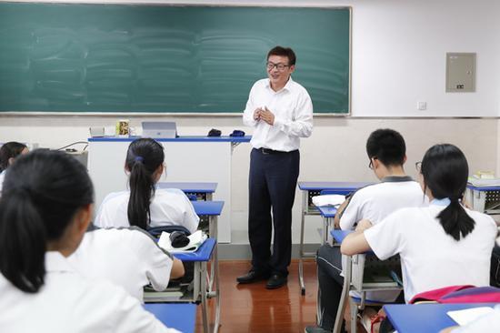 王洋在上课。 本文图片均为 上海市曹杨第二中学 供图