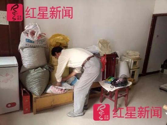 ▲邓超将粮食或者饲料存放在大厅内。