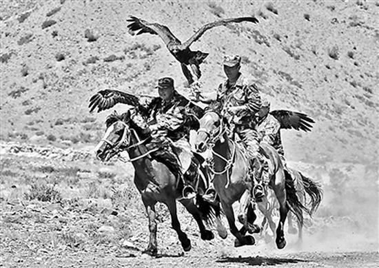 """""""猎鹰""""巡逻队在执勤途中 北京青年报 图"""