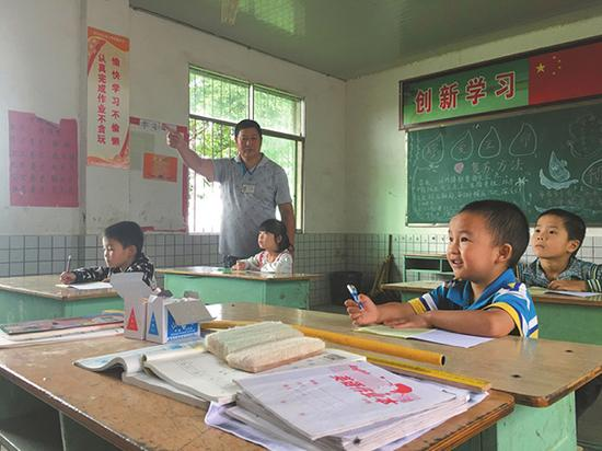 范华自16岁到玉河沟村小学任教开始,一干就是37年。本文图片 华西都市报