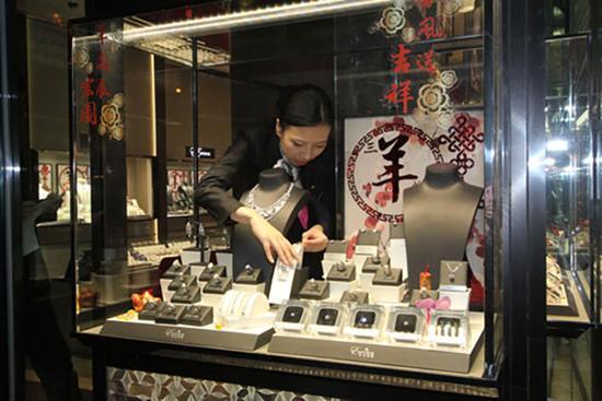 店员在饰柜内点算,3600万元钻链已不翼而飞。 央广网 图