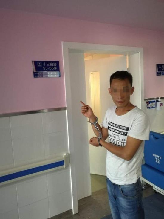 嫌疑人王某指认作qxvj旗舰店案现场。荣昌区公安局 供图