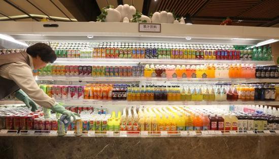 工作人员在韩国乐天百货沈阳店超市内摆放货品。新华社记者姚剑锋摄