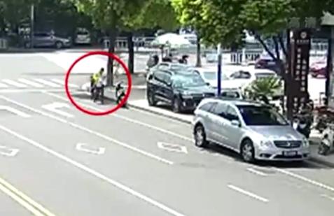送餐员丢了外卖偷同行 因涉嫌盗窃被拘留