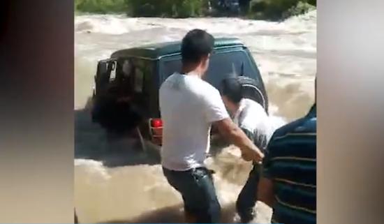 越野车落水6人溺亡 岸上施救者大喊别出来