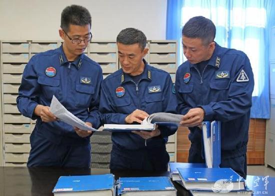 高工们在认真核实飞机卡片资料数据。席博博 摄