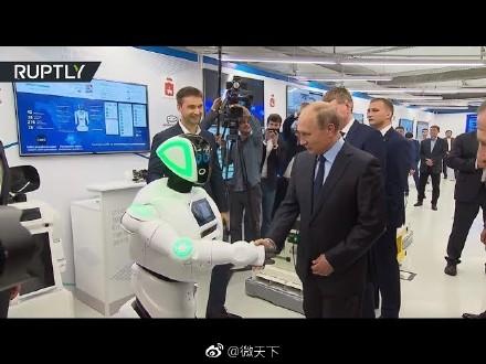 俄罗斯机器人与普京握手 曾因多次逃跑成网红