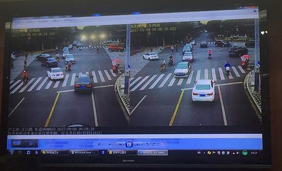 """沪太路宜川路路口,这套新型""""九合一""""电子警察拍到机动车""""左转不让直行""""违法行为。澎湃新闻见习记者 李佳蔚 图"""