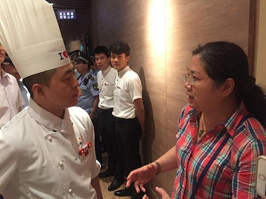 市人大代表许利与西北莜面村餐厅工作人员交流。
