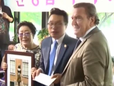 """德国前总理看望""""慰安妇"""" 呼吁日本认罪道歉"""