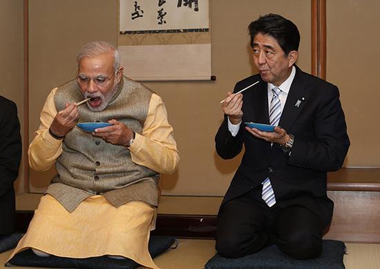 印度总理莫迪和日本首相安倍。视觉中国 资料图
