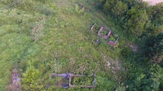 2003年4月案发后,缪新华等5人被指将尸块抛至一座山间旧房内。林清辉/摄