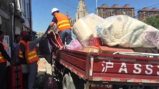 9月13日,志愿者为徐家人搬家。澎湃新闻记者杨帆图
