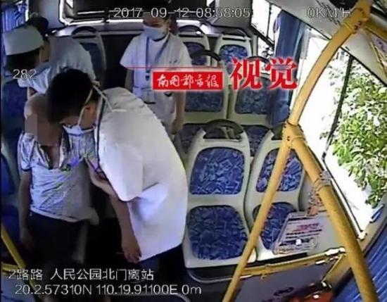 老人被抬下公交车。 视频截图 来源于南国都市报
