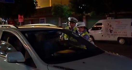 男子遇查酒驾慌忙躲藏 不料竟将车开进交警大院