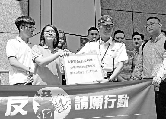 谢晓虹(左二)等香港青年12日向警方请愿。